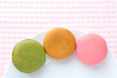 Bolinho de amêndoa colorido saboroso em uma placa Imagem de Stock Royalty Free