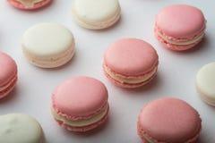 Bolinho de amêndoa cor-de-rosa e branco Imagem de Stock