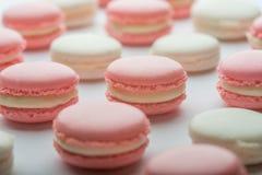 Bolinho de amêndoa cor-de-rosa e branco Fotografia de Stock Royalty Free