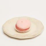 Bolinho de amêndoa cor-de-rosa na placa do vintage imagem de stock royalty free