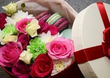 Bolinho de amêndoa das rosas do presente fotografia de stock
