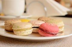 Bolinho de amêndoa doce colorido com chá Imagens de Stock