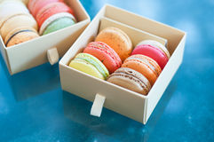 Bolinho de amêndoa e caixas de presente coloridos vária cor pastel Imagens de Stock Royalty Free