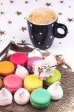 Bolinho de amêndoa e marshmallow com café Fotografia de Stock Royalty Free