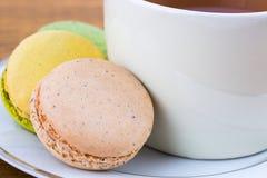 Bolinho de amêndoa e xícara de chá na madeira, close up Foto de Stock
