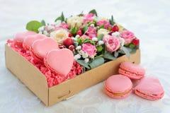 Bolinho de amêndoa francês dia coração-dado forma do ` s do Valentim Imagens de Stock