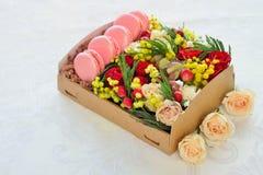 Bolinho de amêndoa francês dia coração-dado forma do ` s do Valentim Imagem de Stock