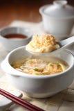 Bolinho de massa chinês do Sup do camarão fotos de stock