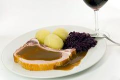 Bolinho de massa com costeleta de carne de porco e repolho vermelho imagem de stock royalty free