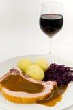 Bolinho de massa com costeleta de carne de porco e repolho vermelho fotografia de stock royalty free