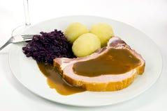 Bolinho de massa com costeleta de carne de porco e repolho vermelho foto de stock
