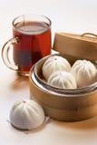Bolinho de massa e chá Imagens de Stock
