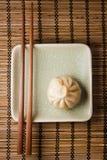 Bolinho de massa e chopstick Fotografia de Stock