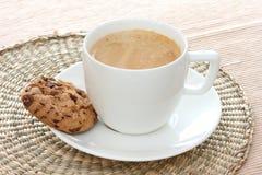 Bolinho de microplaqueta de chocolate no saucer com café fotos de stock royalty free