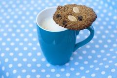 Bolinho de Oatmeal no copo do leite Imagem de Stock