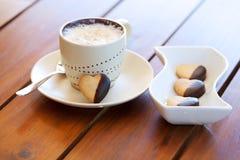 Bolinho e cappuccino heart-shaped recentemente cozidos fotografia de stock royalty free