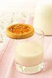 Bolinho em um vidro do leite Fotos de Stock