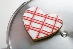 Bolinho Heart-Shaped na bandeja de prata fotografia de stock