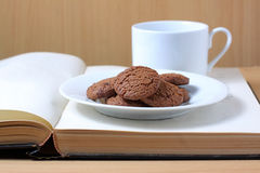 Bolinhos, café e livro Imagens de Stock