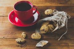 Bolinhos da chávena de café e de oatmeal Fundo toning Fotos de Stock Royalty Free