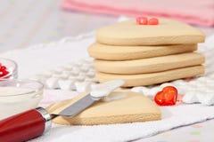 Bolinhos de açúcar do Valentim que estão sendo decorados Imagem de Stock