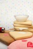 Bolinhos de açúcar do Valentim que estão sendo decorados Fotografia de Stock Royalty Free