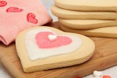 Bolinhos de açúcar do Valentim que estão sendo decorados Fotografia de Stock