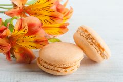 Bolinhos de amêndoa alaranjados, flores do lírio Imagens de Stock Royalty Free