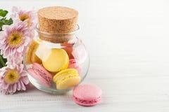 Bolinhos de amêndoa amarelos e cor-de-rosa Fotos de Stock