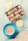 Bolinhos de amêndoa coloridos, café Macarons doces foto de stock royalty free