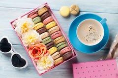 Bolinhos de amêndoa coloridos, café Macarons doces imagens de stock royalty free