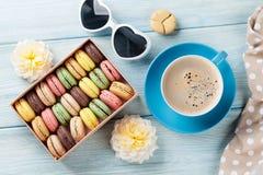 Bolinhos de amêndoa coloridos, café Macarons doces fotos de stock