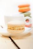 Bolinhos de amêndoa coloridos com café do café Fotografia de Stock Royalty Free