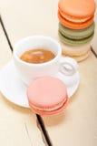 Bolinhos de amêndoa coloridos com café do café Fotos de Stock Royalty Free