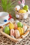 Bolinhos de amêndoa coloridos das merengues em uma cesta para a Páscoa imagem de stock royalty free