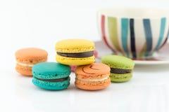 Bolinhos de amêndoa coloridos em um fundo branco Imagens de Stock