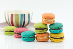 Bolinhos de amêndoa coloridos em um fundo branco Fotos de Stock Royalty Free