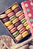 Bolinhos de amêndoa coloridos em uma caixa Fotografia de Stock Royalty Free