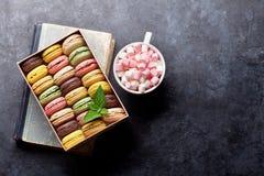 Bolinhos de amêndoa coloridos em uma caixa Foto de Stock