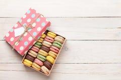 Bolinhos de amêndoa coloridos em uma caixa de presente Fotografia de Stock Royalty Free