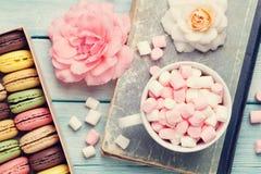 Bolinhos de amêndoa coloridos em uma caixa e em um marshmallow Fotos de Stock Royalty Free