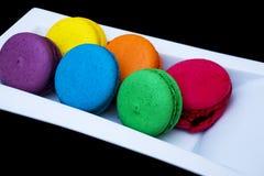 Bolinhos de amêndoa coloridos em uma placa branca Fotos de Stock Royalty Free