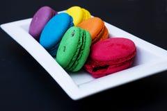 Bolinhos de amêndoa coloridos em uma placa branca Foto de Stock Royalty Free