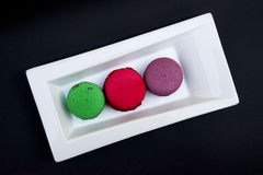 Bolinhos de amêndoa coloridos em uma placa branca Fotografia de Stock