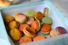 Bolinhos de amêndoa coloridos franceses de Macarons, originais em Paris, França fotografia de stock royalty free