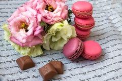 Bolinhos de amêndoa com as flores no papel, com uma inscrição imagens de stock royalty free
