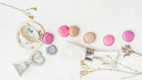 Bolinhos de amêndoa com flores e decorações no pano branco Foto de Stock