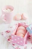 Bolinhos de amêndoa cor-de-rosa na caixa de presente Cor pastel colorida Foto de Stock