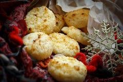 Bolinhos de amêndoa de coco do Natal decorados com floco de neve Imagem de Stock Royalty Free