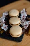 Bolinhos de amêndoa decorados com flores Imagem de Stock